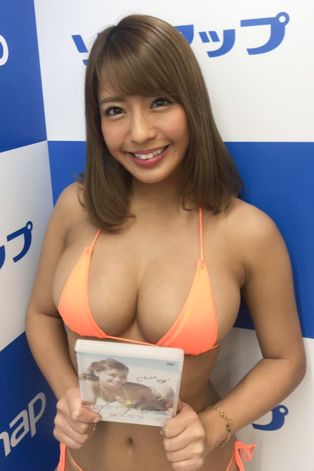【グラドル】「日本一黒いグラドル」橋本梨菜、ソフマップイベント史上1番攻めた小さめビキニで登場