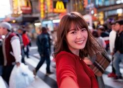 ブロードウェイを歩く生田絵梨花/セカンド写真集『インターミッション』(講談社)表紙:撮影/中村和孝