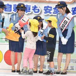 子どもたちと触れ合う丹生明里、渡邉美穂、金村美玖 (C)モデルプレス