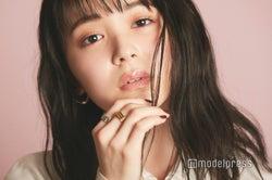 「リップ マキシマイザー 010 ホロ ピンク」を使用した久間田琳加(C)モデルプレス