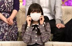 マスクで顔がほぼ隠れてしまう齋藤飛鳥(C)TBS