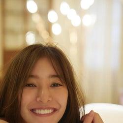 新木優子、彼女感満載の笑顔ショット!写真集の新カット公開