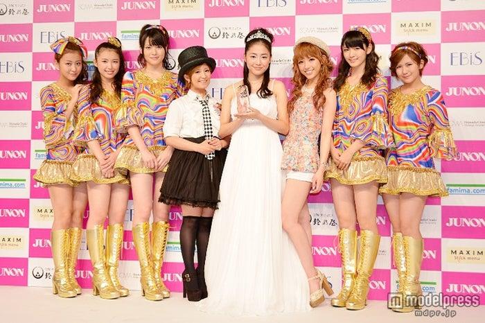 第1回「JUNONプロデュース ガールズコンテスト」グランプリの松浦雅、同コンテストでMCを務めた矢口真里、特別審査員を務めたくみっきー、℃‐uteメンバー