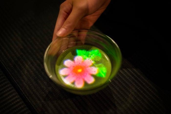 小さきものの中にある無限の宇宙に咲く花々 / Flowers Bloom in an Infinite Universe inside a Teacup/画像提供:チームラボ
