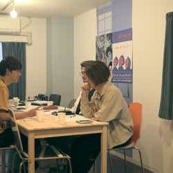 バンドメンバーと話し合う翔平「TERRACE HOUSE OPENING NEW DOORS」31st WEEK(C)フジテレビ/イースト・エンタテインメント