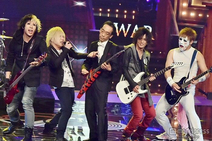 ゴールデンボンバー「第56回 輝く!日本レコード大賞」最終選考会で新垣隆氏(中央)とコラボ【モデルプレス】
