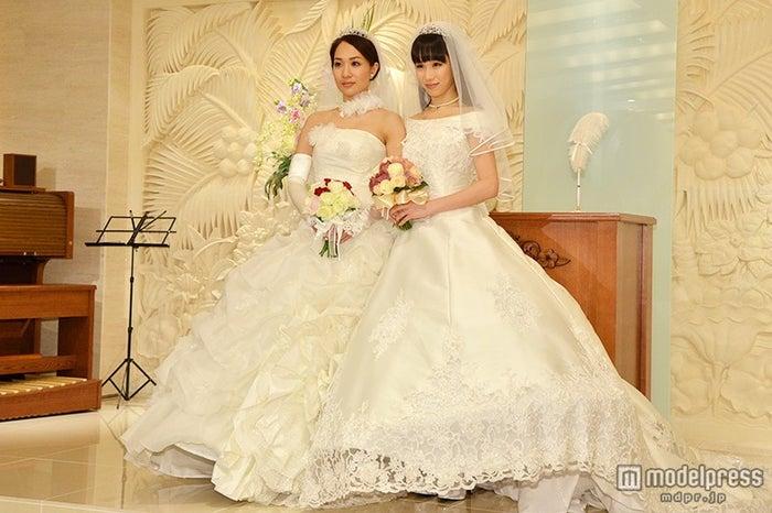 純白ウェデイングドレスに身を包んだ一ノ瀬文香(左)、杉森茜(右)