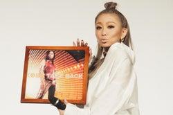 倖田來未、デビュー19年目突入でファンからのサプライズに感激 デビュー曲のレコードも登場で驚きのエピソード&当時を振り返る<イベントレポ>