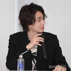 桃田賢斗選手からのビデオメッセージを見るカルマ