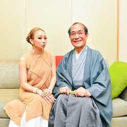 倖田來未(左)、門川大作京都市長(右)との2ショット写真