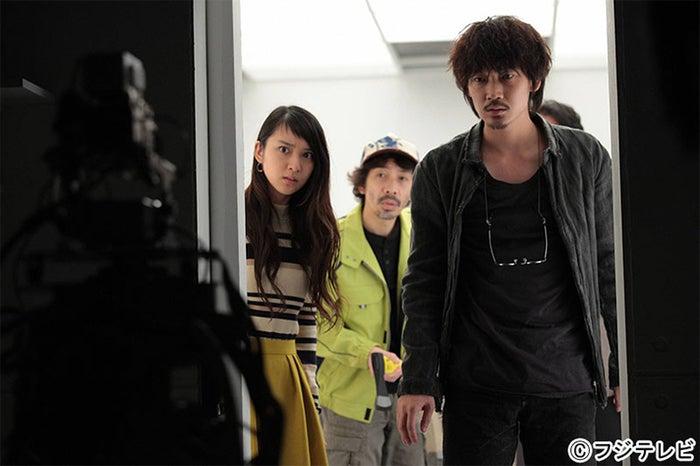 武井咲(手前左)、綾野剛(手前右)/「すべてがFになる」第5話より