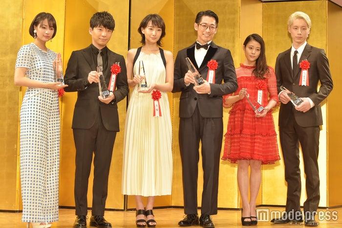 左から:「エランドール賞」新人賞を受賞した広瀬すず、星野源、波瑠、ディーン・フジオカ、高畑充希、坂口健太郎 (C)モデルプレス