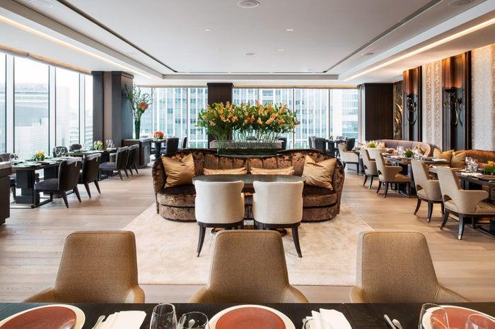 丸の内を一望する明るく開放感にあふれた店内/画像提供:フォーシーズンズホテル丸の内 東京