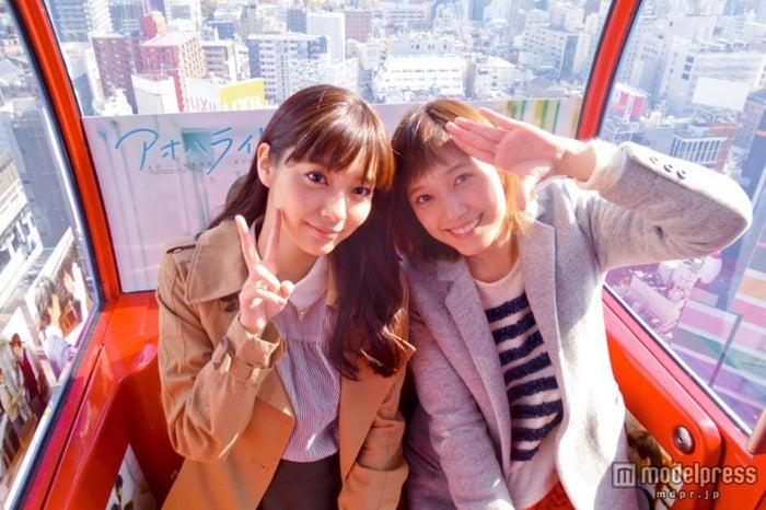 「アオハル号」を楽しむ(左より)新川優愛、本田翼【モデルプレス】