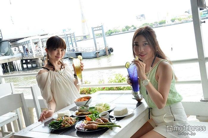 南国の風を感じながら食事を楽しめる/モデル:百々さおり、富田千穂
