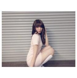 小嶋陽菜の私服が「エロナース」と話題に SEXYショットを公開