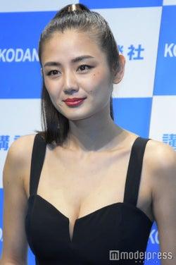 美ボディで話題の注目女優・片山萌美、SEXY衣装で登場 今年の抱負は?