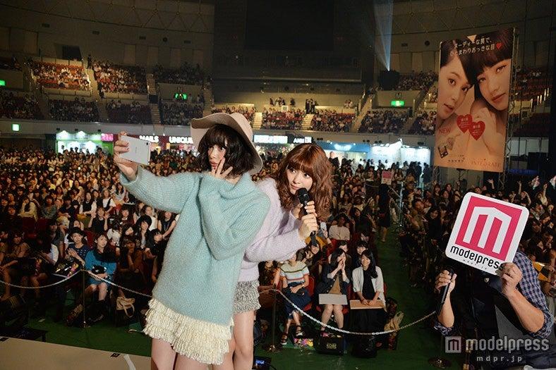 玉城ティナ&八木アリサ、ランウェイから観客と自撮りでファン歓声<神戸コレクション×モデルプレス>【モデルプレス】