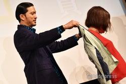 長瀬智也からジャケットが贈呈(C)モデルプレス