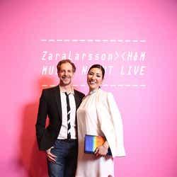 セオドール・ミラー&アンミカ夫妻 (画像提供:H&M)