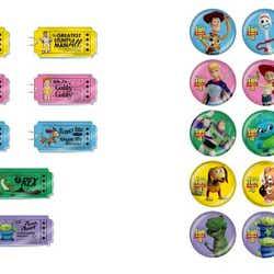 アクリルキーホルダー(ランダム13種) 500円、ミニ缶バッジ(ランダム20種) 350円(C)Disney/Pixar(C)POOF-Slinky,LLC