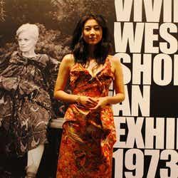 モデルプレス - 「Vivienne Westwood」シューズ回顧展、菊川怜ら各界セレブが来場