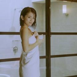 今度はバスタオルがポロリ 吉崎綾のセクシーCM再び
