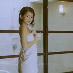 モデルプレス - 今度はバスタオルがポロリ 吉崎綾のセクシーCM再び