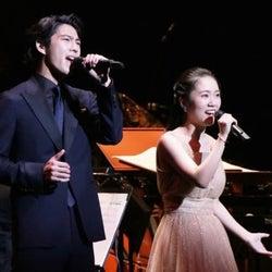 賀来賢人&門山葉子、2,000人を前に名曲「愛を感じて」を熱唱!