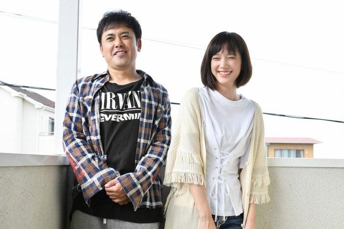 有田哲平、本田翼/「わにとかげぎす」第8話より(写真提供:TBS)