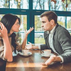 近寄ってほしくないな…男が引いてしまう「下品な女性の特徴」4選