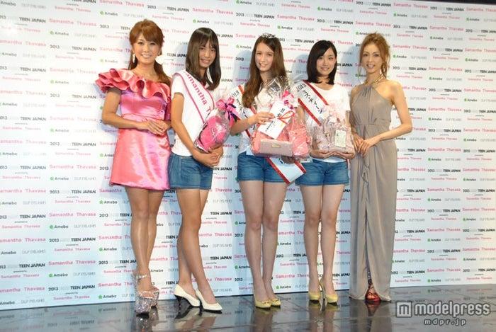 はるな愛、押切もえに囲まれる受賞者たち(左から:井桁弘恵さん、トラウデン直美さん、米多比玖実さん)