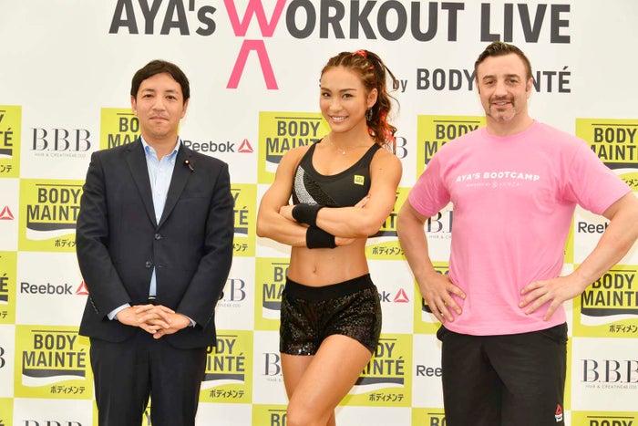 (左から)鳩山二郎議員、AYA、ニコラス・ペタス