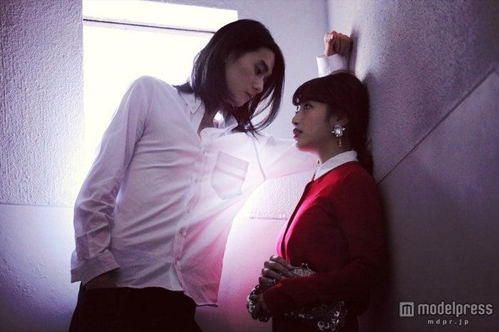 壁ドンの様子(左から)栁俊太郎、くみっきー/Photo:MAKI TAGUCHI (C)U-160