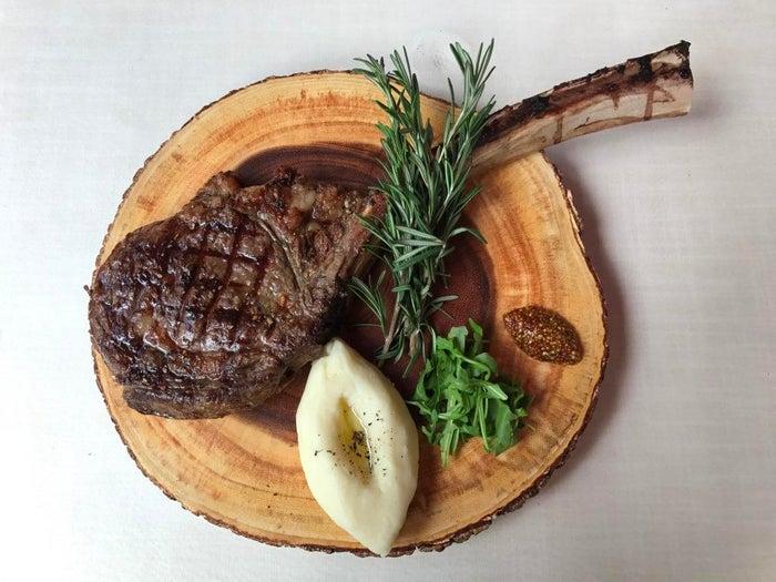 肉屋の主人おすすめ骨付きリブロース 豪快トマホークステーキ/画像提供:TSUTAYA