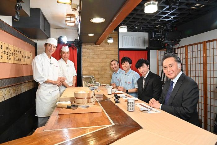 (左)相葉雅紀(右奥から)澤部佑、渡部建、東山紀之、北大路欣也(C)テレビ朝日