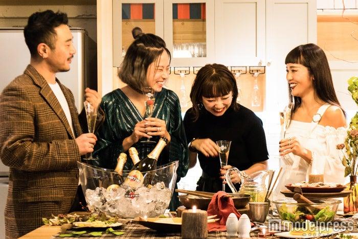 (左から)スタイリスト倉岡晋也さん、知念美加子さん、フリーランスPR・北川奈奈さん、デザイナー・高野千波さん(C)モデルプレス