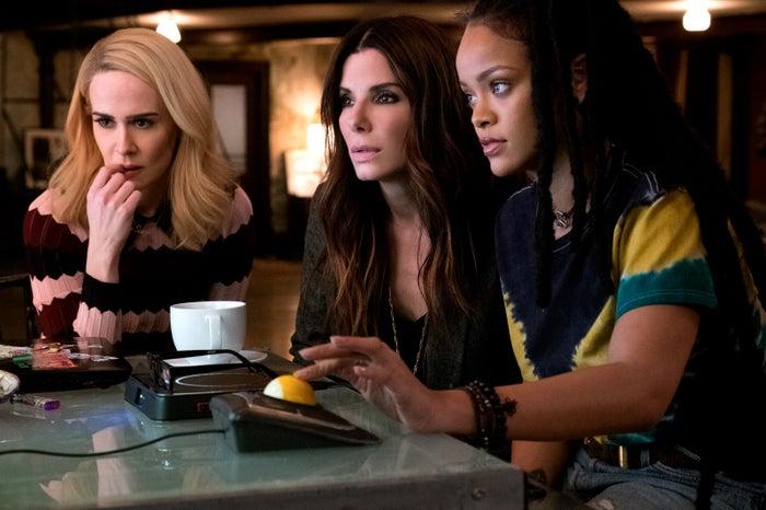 (左から)サラ・ポールソン、サンドラ・ブロック、リアーナ(C)2018 Warner Bros. Entertainment All Rights Reserved.