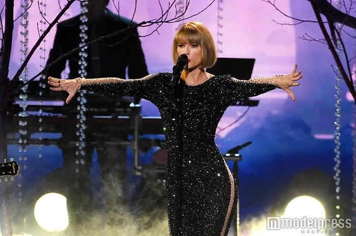 「第58回グラミー賞」授賞式でオープニングパフォーマンスを披露したテイラー・スウィフト/photo:Getty Images