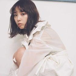乃木坂46与田祐希、透明感溢れるガーリーなファッション披露