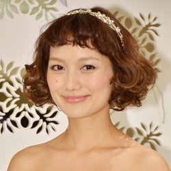 """モデル武智志穂、純白ウエディングドレスで登場 夫の""""愛情出演""""を語る"""