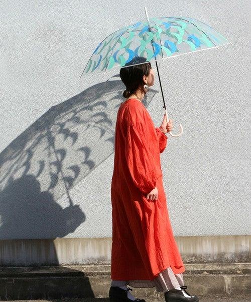 赤いワンピースに傘を持った女性