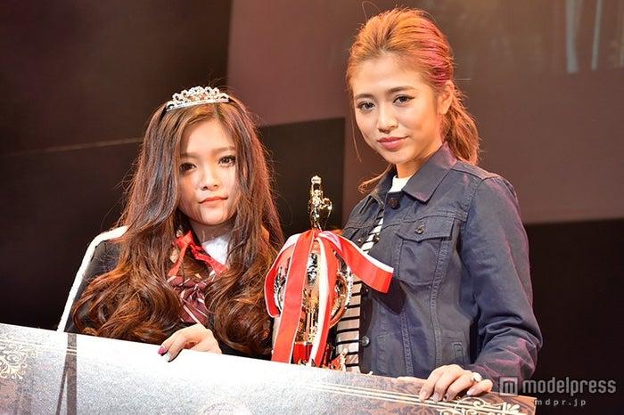 「関西女子高校生ミスコン2014」グランプリの「みゆ」さん(左)、審査員を務めた今井華(右)