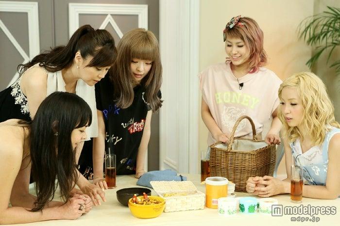 左から:加賀美セイラ、観月ありさ、きゃりーぱみゅぱみゅ、IMALU、Ami(E‐girls)/画像提供:関西テレビ