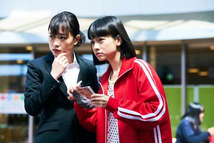 大原櫻子、ヤオアイニン/「びしょ濡れ探偵 水野羽衣」第1話より(C)テレビ東京