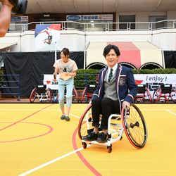 車いすバスケに挑戦する稲垣吾郎 (提供画像)