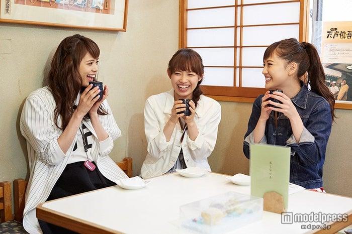 (左から)お茶を楽しむ佐藤晴美、山口乃々華、藤井夏恋(C)「E-girlsを真面目に考える会議」製作委員会/画像提供:テレビ東京