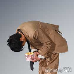 ポップコーンを持ったまま深々とお辞儀をする田中圭(C)モデルプレス