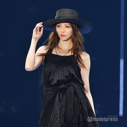 香里奈、ブラックドレスで圧巻オーラ 無観客開催に「お客さんのありがたさがわかった」<TGC2020 S/S>