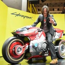キアヌ・リーヴス、TGS「サイバーパンク2077」ブースをサプライズ訪問!クールなバイクに大興奮